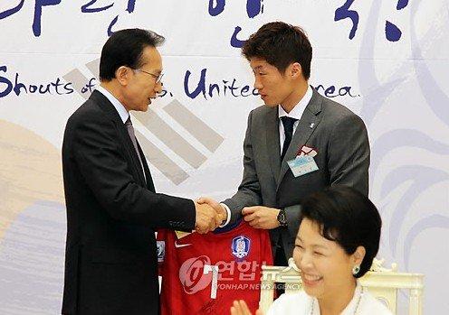 韩总统青瓦台犒赏国家队 朴智星礼物赠李明博