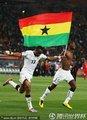 加纳队员高举国旗