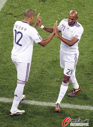 图文:A组法国0-0乌拉圭 亨利换下阿内尔卡