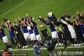 日本队员致意球迷