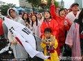 图文:韩国数万球迷冒雨观战(30)