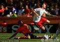 图文:荷兰2-0丹麦 双方球员激烈拼抢