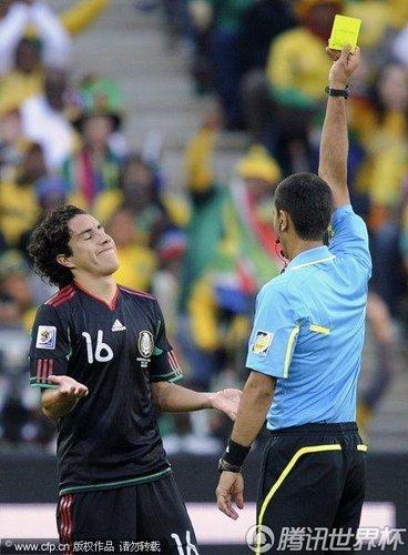 图文:揭幕战南非VS墨西哥 苏亚雷斯获黄牌