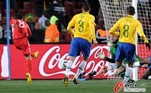 图文:巴西2-1朝鲜 志尹南破门瞬间