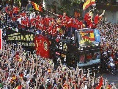 西班牙捧杯凯旋 马德里街头万人游行欢庆(图)