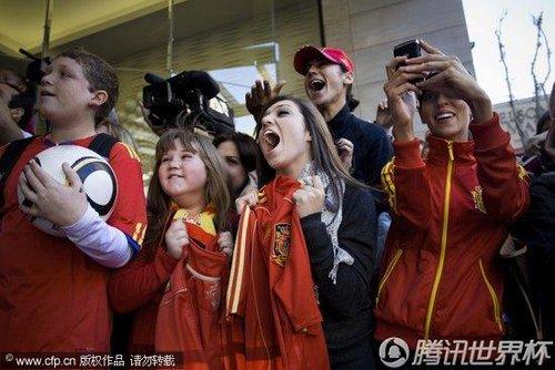 2010世界杯决赛前瞻:西班牙抵达约翰内斯堡 美女球迷为偶像疯狂
