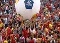 视频:西班牙万人广场看球 清凉美女热舞助兴