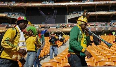 图文:南非世界杯开幕式 球迷吹喇叭入场