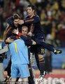西班牙球员拥抱卡西
