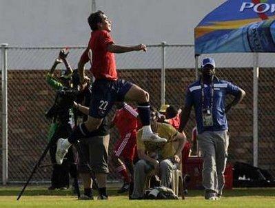 图文:热身赛智利2-0新西兰 帕雷德斯庆祝