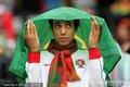 葡萄牙球迷避雨