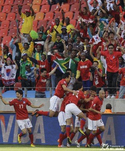 图文:韩国VS希腊 韩国队熊抱李正秀