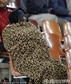 图文:墨西哥2-0法国 球迷裹在厚被里看球