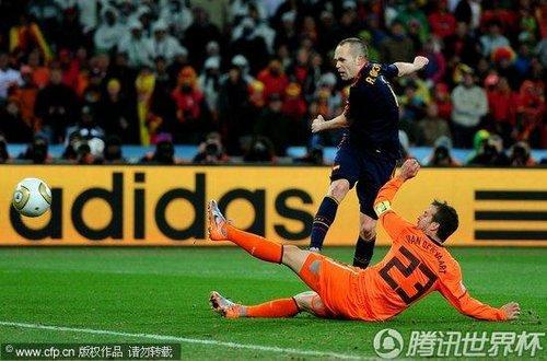 图文:荷兰0-1西班牙 范德法特鞭长莫及