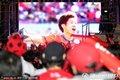 图文:韩国数万球迷冒雨观战(28)