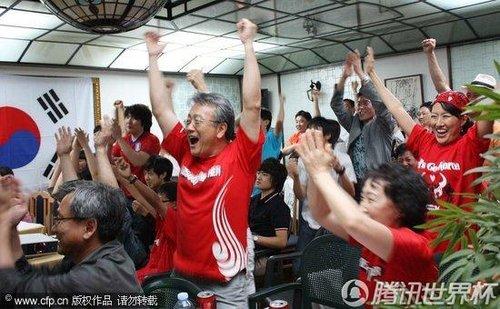 """2010世界杯B组:数万韩国球迷冒雨体观战 """"红魔""""威力再现""""江湖"""""""