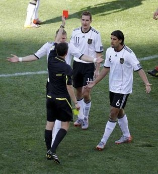 图文:德国VS塞尔维亚 克洛泽吃到红牌