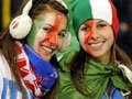 高清:意大利球迷雨中助威