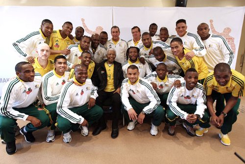 组图:世界杯曼德拉探班南非队 同队员合影