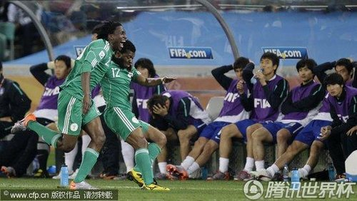 图文:尼日利亚2-2韩国 尼日利亚队员庆祝