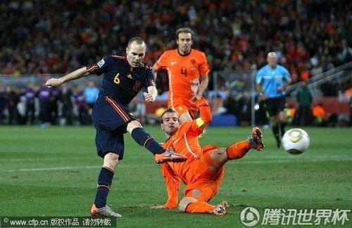 文:荷兰0-1西班牙 范德法特回身铲断_世界杯图