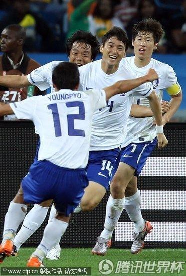 图文:尼日利亚2-2韩国 李正秀扳平比分_2010南