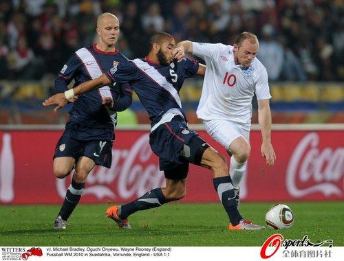 图文:英格兰VS美国 奥涅乌面对鲁尼很凶悍