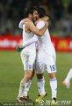 图文:希腊2-1尼日利亚 希腊队员拥抱庆祝