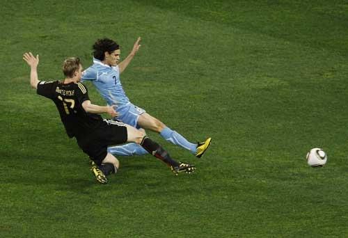 图文:乌拉圭VS德国 卡瓦尼高速插上铲射破门