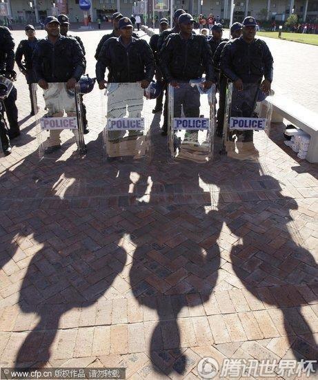 2010世界杯B组:韩国Vs希腊 南非警察全副武装准备就绪