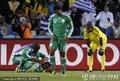 图文:希腊2-1尼日利亚 尼日利亚球员接受治疗