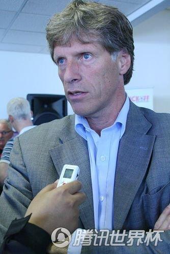 阿贾克斯CEO范登博格接受记者采访