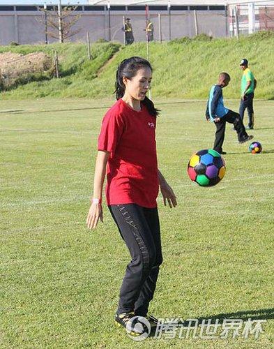 章子怡向日本球星请教球技 动作优雅似跳舞
