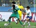 图文:尼日利亚2-2韩国 朴智星拉拽对手