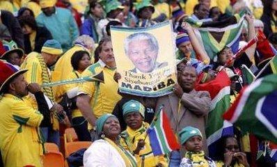 图文:南非世界杯开幕式 球迷高举曼德拉头像