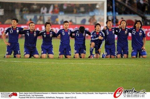 日本队集体下跪祈祷胜利
