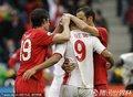 图文:葡萄牙7-0朝鲜 葡萄牙球迷拥抱郑大世