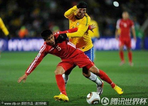 图文:巴西VS朝鲜 李光川踉跄接球