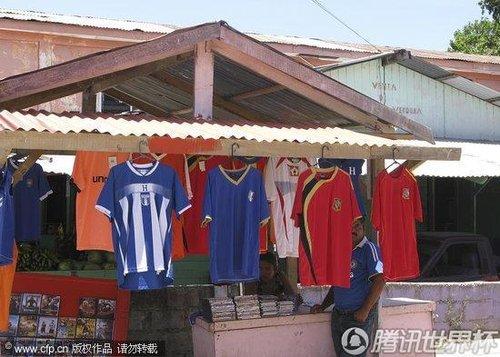 洪都拉斯:国家队球衣热卖 球迷听广播关注世界杯