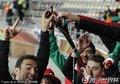墨西哥球迷用长喇叭喝酒
