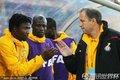 图文:加纳1-1澳大利亚 拉杰瓦奇与队员击掌