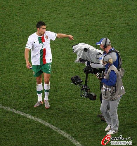 C罗离场时冲摄像机怒吼,全然不顾自己痛哭的队友