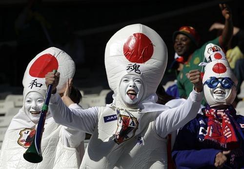 日本女球迷怪异装束雷翻全场 被嘲笑像安全套
