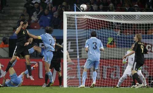 图文:乌拉圭VS德国 赫迪拉头槌反超比分