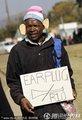图文:加纳1-1澳大利亚 小贩贩卖防噪耳塞