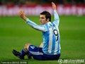 图文:阿根廷3-1墨西哥 伊瓜因被犯规倒地