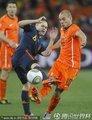 图文:荷兰0-1西班牙 双方球员激烈拼抢