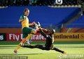 图文:加纳1-1澳大利亚 澳大利亚队员挑射