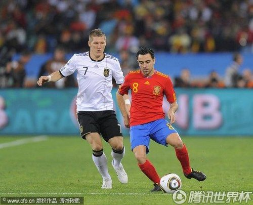 图文:德国VS西班牙 哈维中场盘带_世界杯图片
