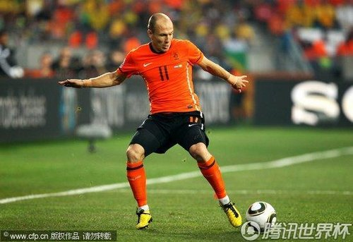 图文:荷兰2-1巴西 罗本带球